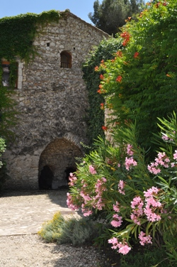 Moulin de la Roque, Noves, Provence - Tuilerie with flowers bignone and oleander