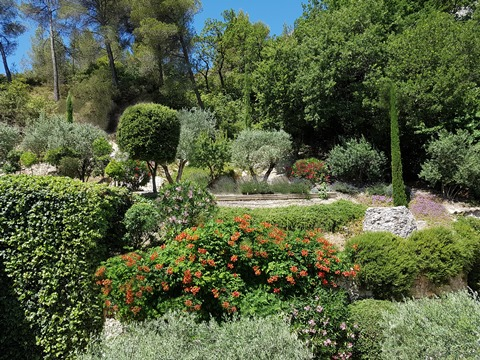 Villa Mas des Oliviers, surrounded by olive trees and Provencal flowering plants in a very historical estate                  at Moulin de la Roque, Noves, Avignon and Saint-Remy-de-Provence  just 15  to 20 minutes away from your door
