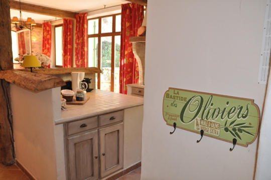 Mas des Oliviers at Moulin de la Roque, Saint-Remy, large American Island - Provencal style, tile counter tops, tradition
