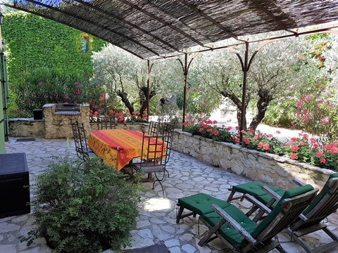 Mas des  Oliviers.	Magical Provence, entry from the north (Avignon) or from the south (Saint-Remy-de-Provence) both just 15 to 20 minutes away from your door.
